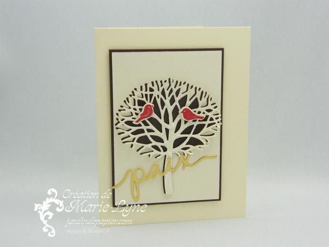 Une carte de Noël Entre les branches